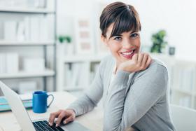 Selbstbewusste Erwachsene nach kieferorthopädischer Behandlung