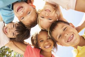 Kinder und Jugendliche lachen